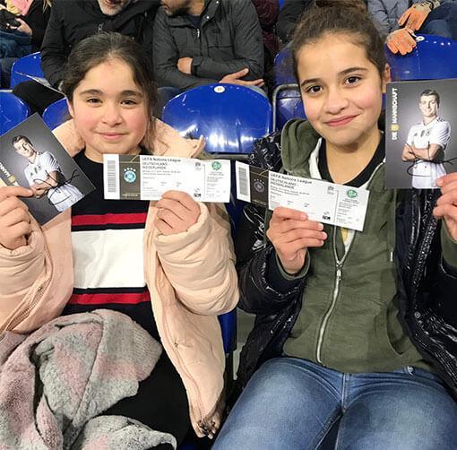 Kinder im Stadion