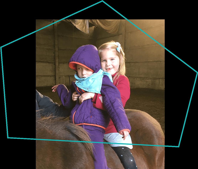 Zwei Mädchen auf Pferderücken