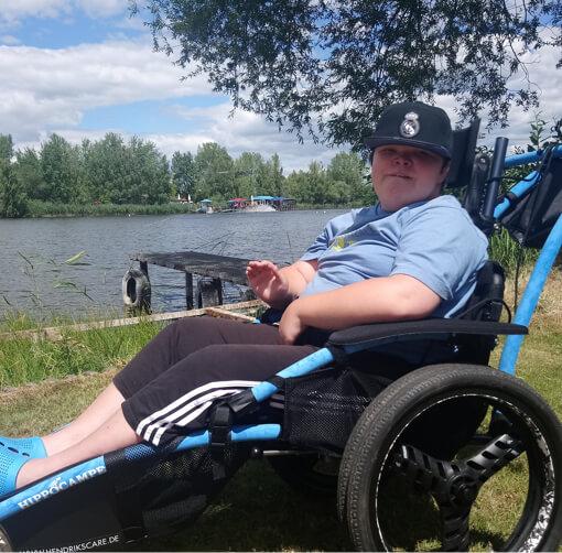 Kind mit Rollstuhl