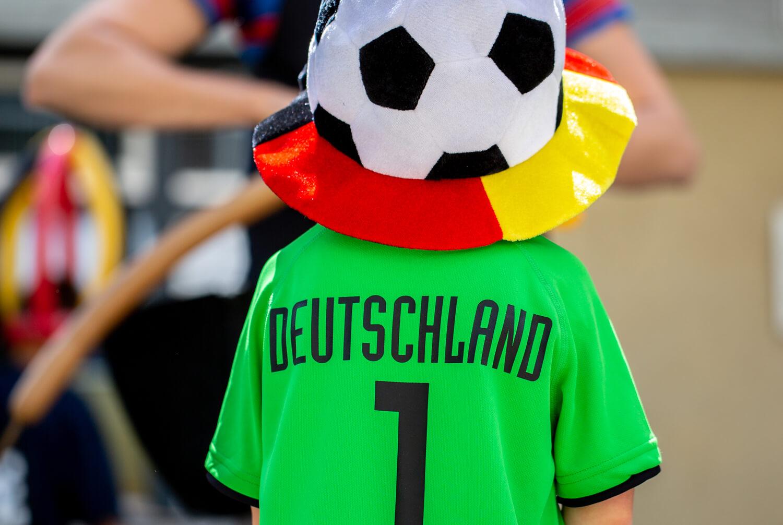 Der Rücken eines Kindes im Deutschland Trikot