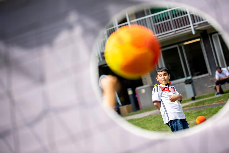 Kind schießt ein Tor