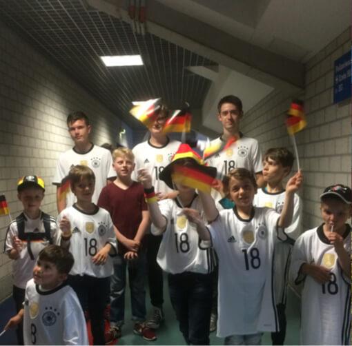 Gruppe von Menschen die für ein Fußballspiel gekleidet ist