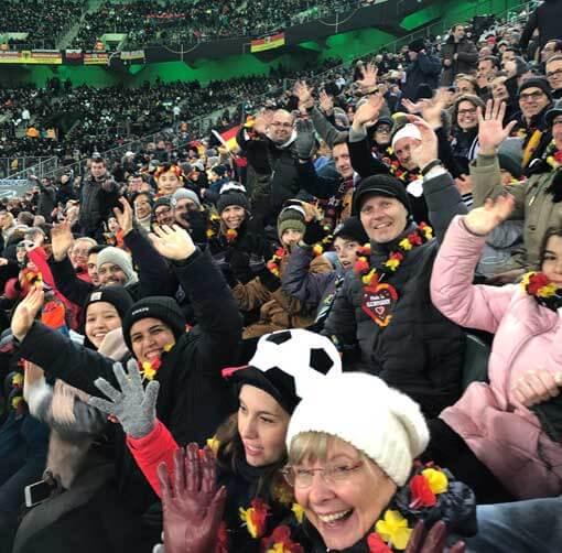 Jubelnde Zuschauer im Stadion