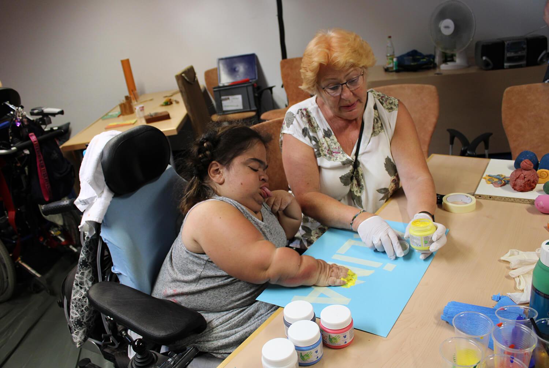 Frau mit einem Mädchen malt