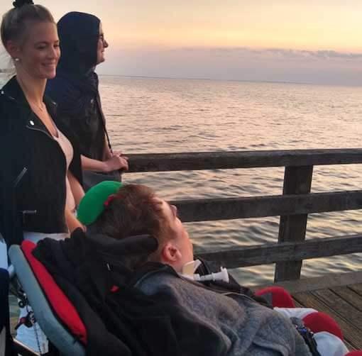 Sonnenuntergang junger Mann im Rollstuhl