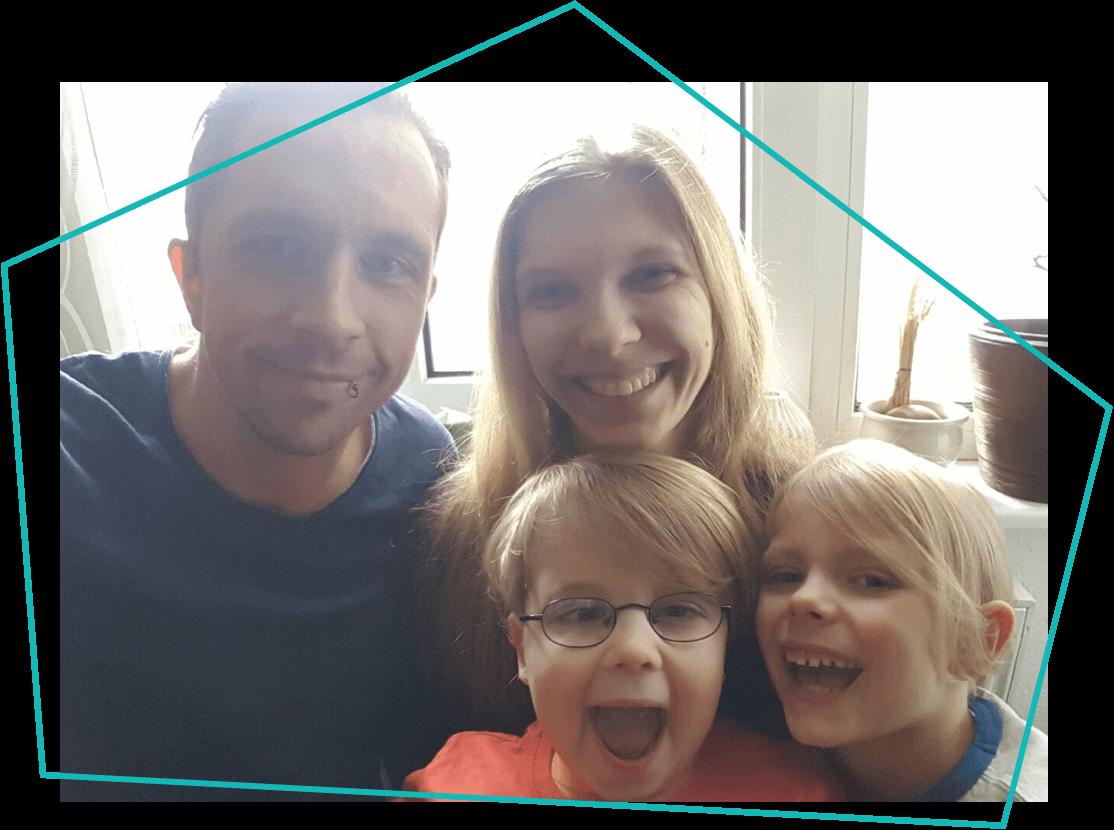 Zwei Kinder und Eltern
