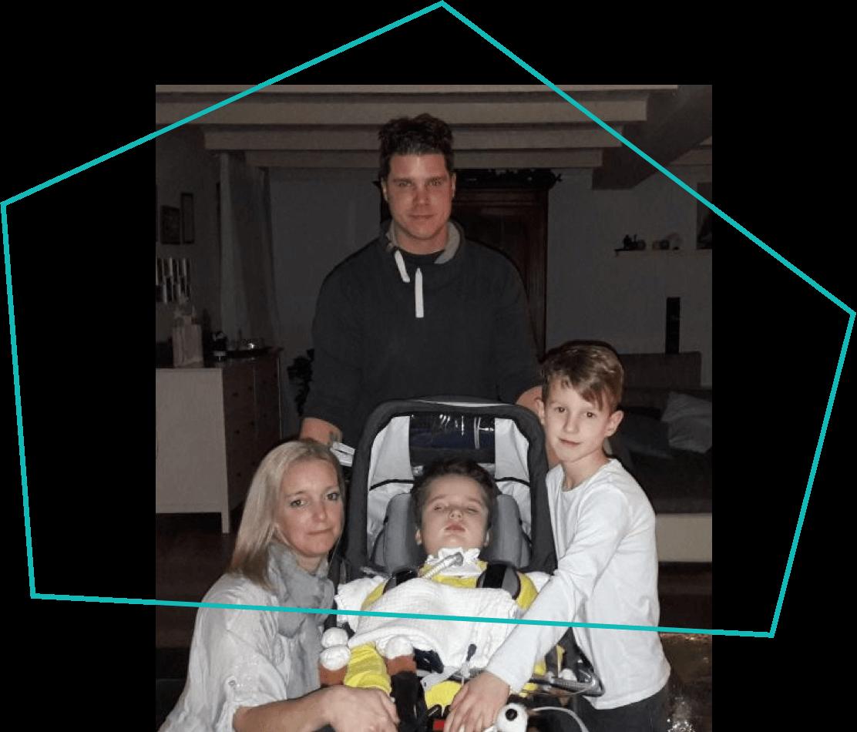 Kind mit Bruder und Eltern