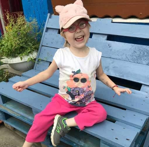 Kleines Mädchen auf der Bank