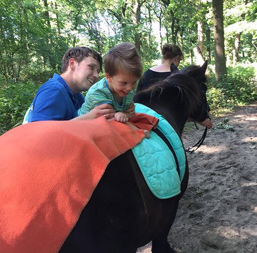 Junge auf dem Pferd