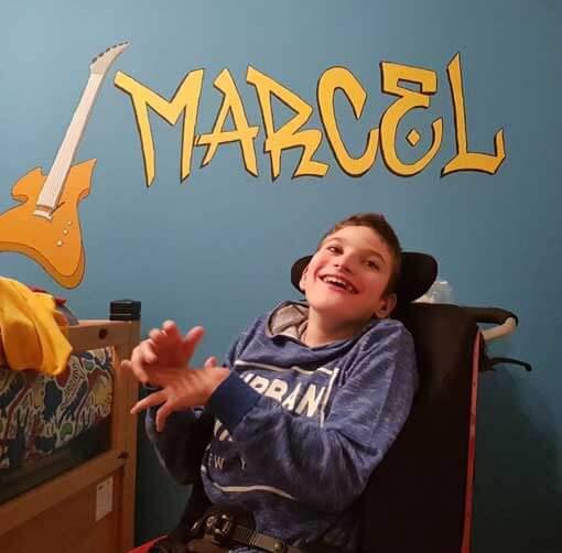 Ein Junge im Rollstuhl