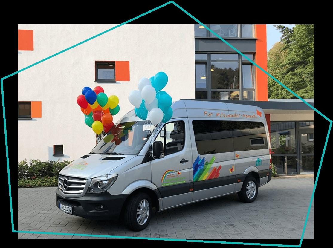 Fahrzeug mit Ballons
