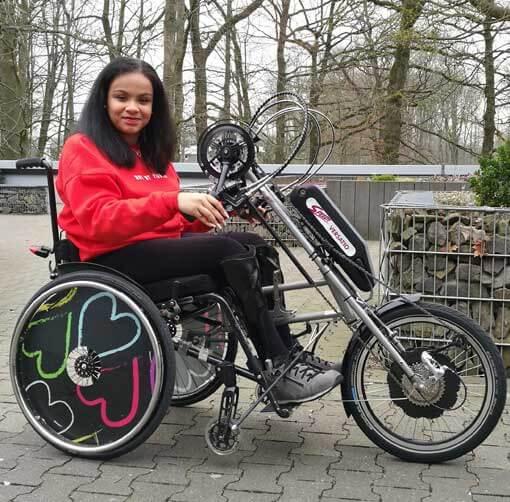 Junge Frau auf einem Handbike