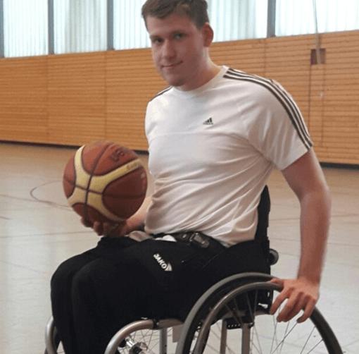 Jugendlicher mit Basketball