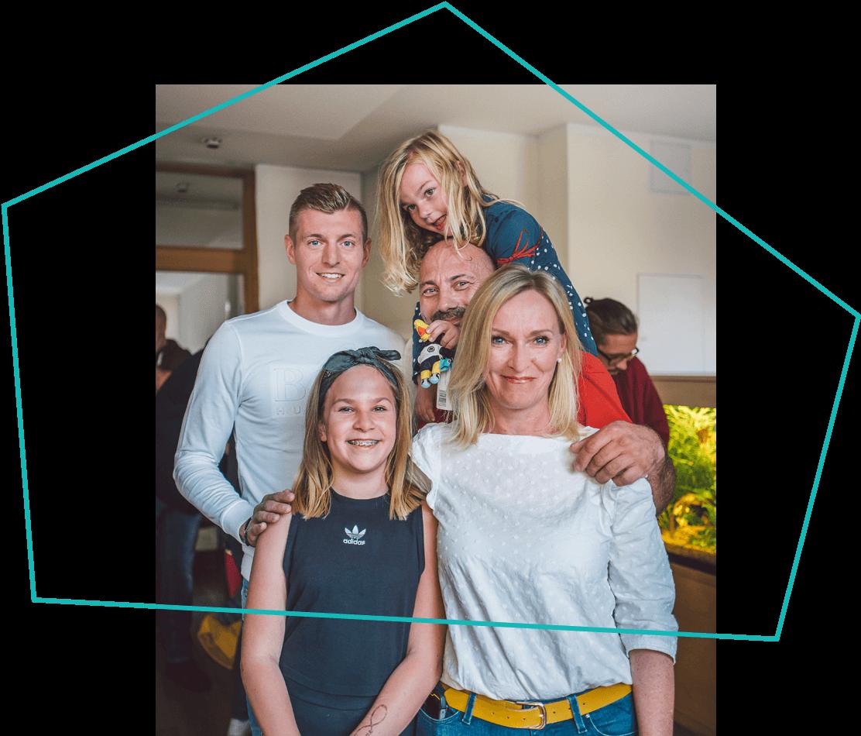 Toni Kroos mit einer Familie